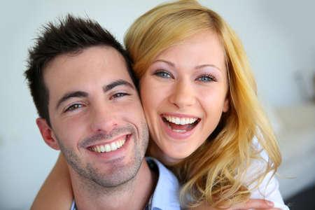 schöne augen: Fröhlich Paar in der Liebe zu Hause