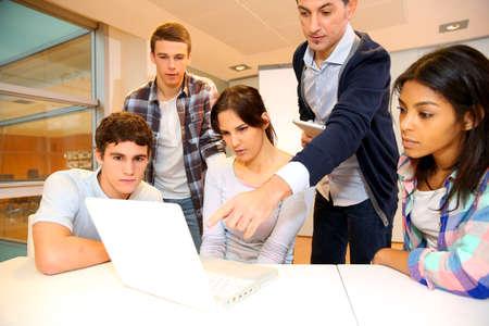teacher: Grupo de estudiantes en formaci�n en inform�tica con el maestro