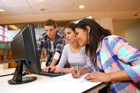 Grupo de estudiantes que trabajan en el laboratorio de computaci�n photo