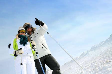 skipiste: Coupl eof Skifahrer auf Skipiste am Panorama-Blick