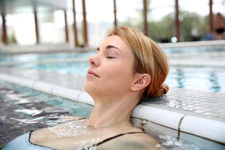 thalasso: Femme de détente dans la piscine de station thermale