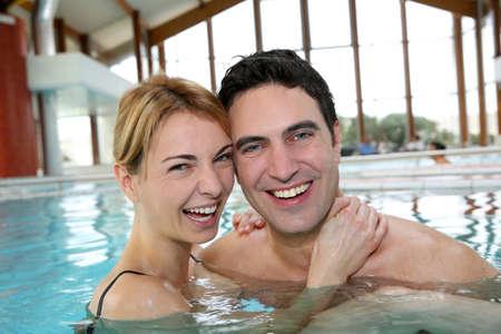 thalasso: Bathtime couple bénéficiant de station thermale Banque d'images