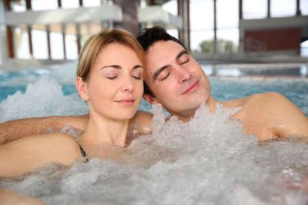 thalasso: Couple de détente dans le jacuzzi du spa