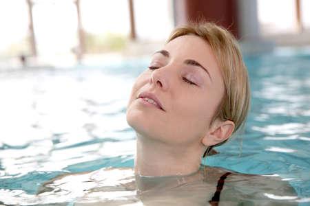 thalasso: Femme dans un centre de spa piscine