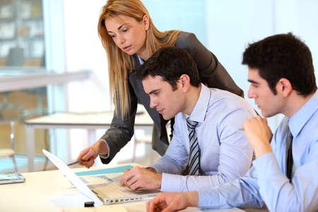 trabajo en la oficina: Businessteam trabajar juntos en un proyecto Foto de archivo