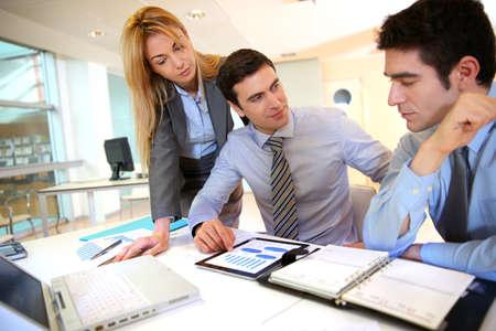 gestion empresarial: Equipo de negocios trabajando en los resultados de ventas