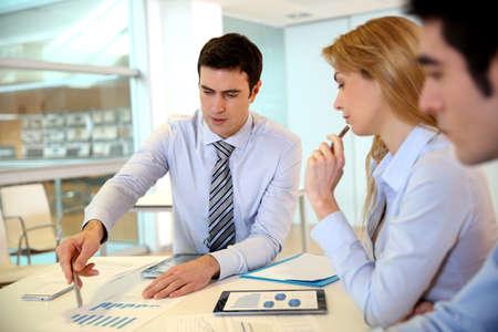 gestion empresarial: Gerente de la presentación del presupuesto para la gente de marketing