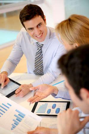 empleados trabajando: Director de ventas presenta plan de negocios para equipo Foto de archivo
