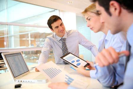dirección empresarial: Gerente de la presentación del presupuesto para la gente de marketing