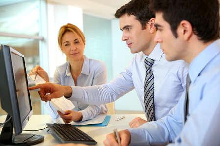Business team working in front of desktop Zdjęcie Seryjne