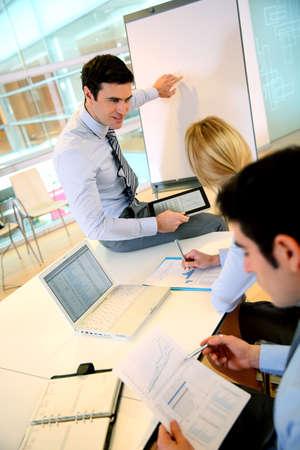 Consultor haciendo conferencia de negocios photo