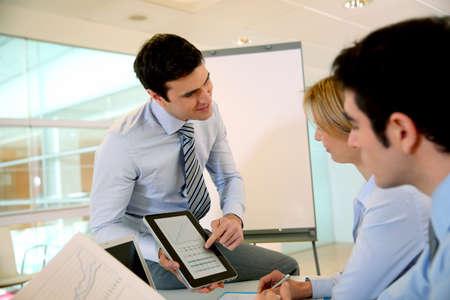 conferencia de negocios: Consultor haciendo conferencia de negocios Foto de archivo
