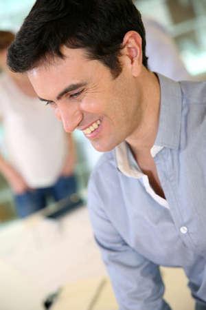 reunion de trabajo: Retrato de hombre sonriente en reuni�n de trabajo Foto de archivo