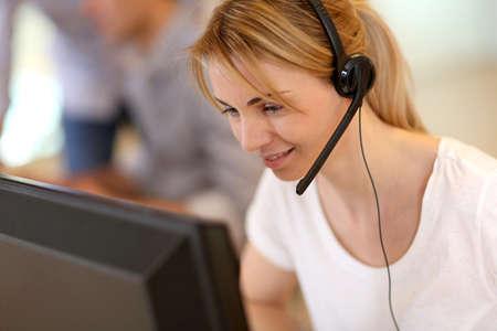 servicio al cliente: Retrato del operador del servicio de ventas Foto de archivo