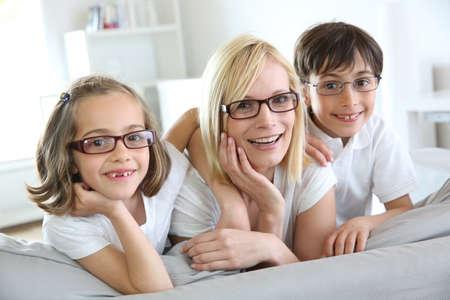 mujer hijos: La mujer y los ni�os con gafas de
