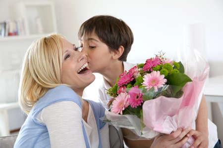 mama e hijo: Madre muchacho joven celebrando los d�as