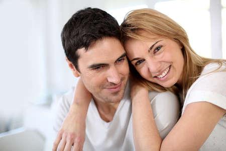 couple enlac�: Couple enlac� l'autre sur le canap� Banque d'images
