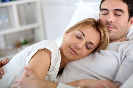 pareja durmiendo: Joven de tomar una siesta en el sof� en casa