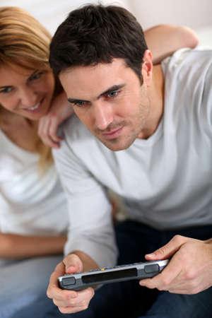 jugando videojuegos: Pareja en casa jugando juegos de video
