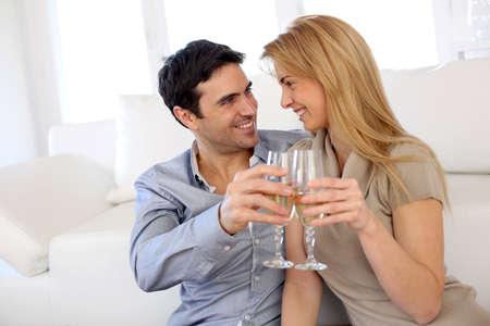 sektglas: Romantisches Paar Wein trinken zu Hause Lizenzfreie Bilder