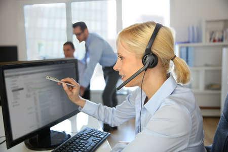 servicio al cliente: Operador de servicio al cliente que habla en el tel�fono