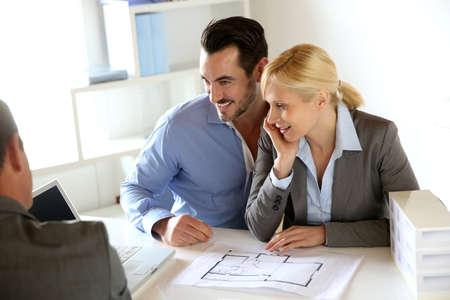 Paar Sitzung Makler eine Immobilie kaufen Standard-Bild