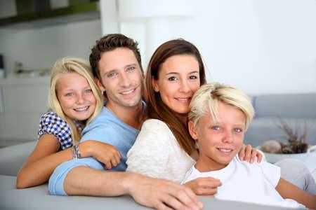 familia abrazo: Retrato de la familia se relaja en el sof� Foto de archivo