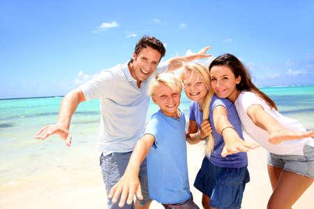 f�tes: Couple heureux avec les enfants � la plage Banque d'images