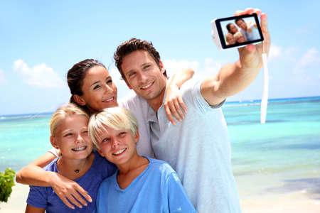 Couple et enfants prenant la photo de famille