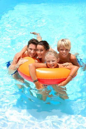 meisje zwemmen: Paar met kinderen genieten van bad tijd