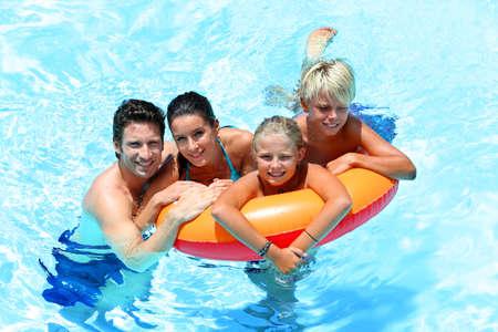 ni�os nadando: Pareja con hijos disfrutar de la hora del ba�o