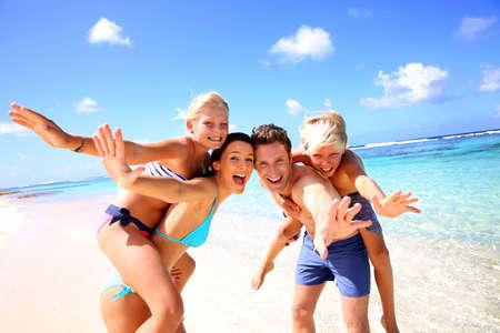 famiglia: Famiglia di quattro divertirsi sulla spiaggia