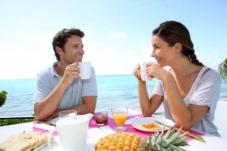 petit dejeuner romantique: Couple appr�ciant le petit d�jeuner dans la station Banque d'images