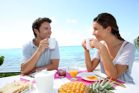 desayuno romantico: Pareja disfrutando de su desayuno en plaza Foto de archivo
