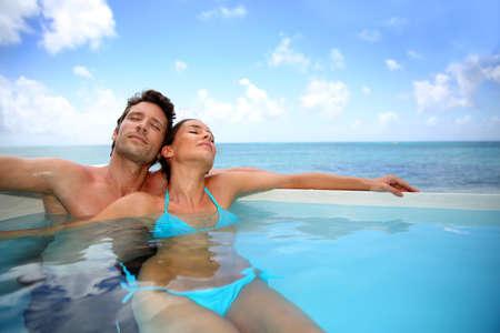 бассейн: Пара расслабиться в бассейне Фото со стока