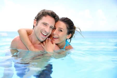luna de miel: Pareja que se divierten en piscina