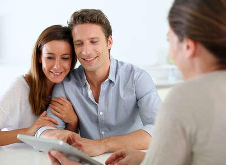 Jong paarvergadering financieel adviseur Stockfoto