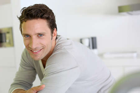 Porträt von stattlicher Mann, der Kamera