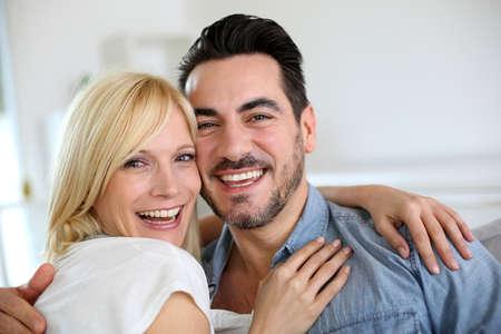 pareja en casa: Pareja alegre divertirse juntos