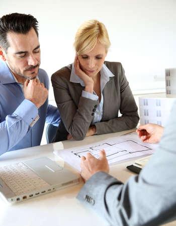planificación familiar: Pareja reunión planificador de construcción