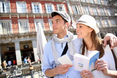 Toeristen die in La Plaza Mayor met wat er te doen