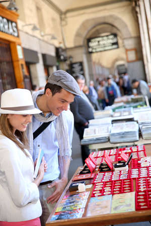 tr�delmarkt: Touristen in Madrid zu Fu� durch Flohmarkt