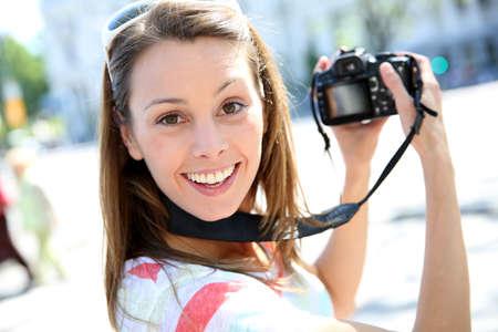 reflex: Ritratto di giovane donna azienda fotocamera reflex