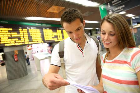 estacion de tren: Pareja en la estaci�n de tren de comprobar entradas viaje Foto de archivo