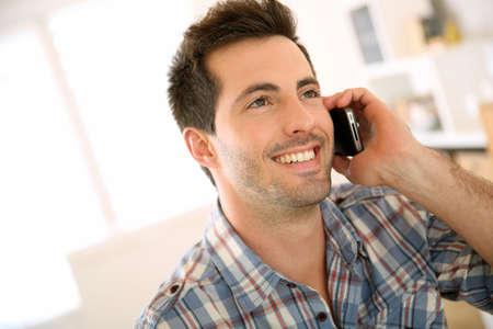 person calling: Retrato de hombre alegre que habla en el tel�fono