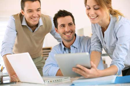 디지털 태블릿에 비즈니스 프로젝트 발표
