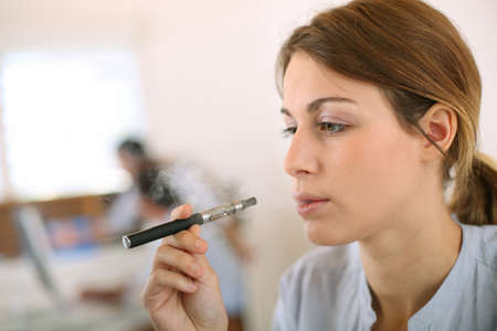 chica fumando: Retrato de mujer de fumar con el cigarrillo electr?nico