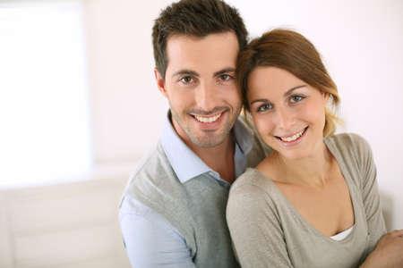 pareja hogar: Retrato de la sonrisa pareja de enamorados Foto de archivo