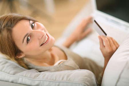 chicas comprando: Vista superior de la mujer en el sof� de compras en internet Foto de archivo