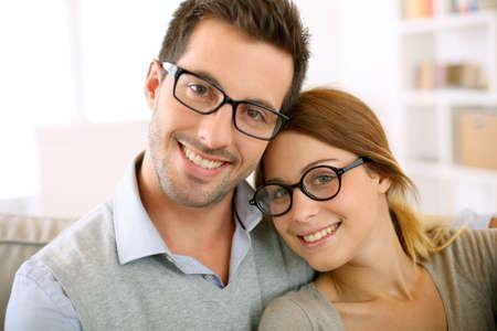안경에 귀여운 젊은 부부